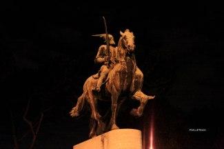 """Statue du héro national albanais Gjergj Kastriot Skenderbeu, érigée au centre de la """"Piazza Albania""""."""