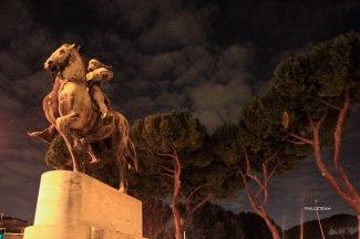 """Statue du héro national albanais Gjergj Kastriot Skenderbeu, érigée au centre de la """"Piazza Albania"""" pour la commémoration du cinquième siècle de sa mort."""